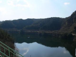 右岸の高台よりダム湖を望む