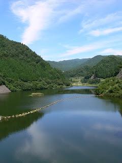 右岸ダムサイトよりダム湖を望む