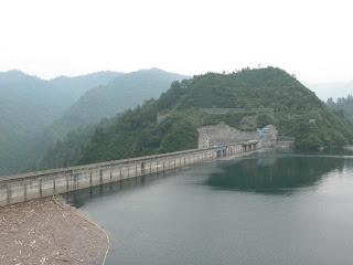 左岸高台よりダム湖側堤体を望む