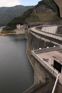 川治ダム資料館より堤体を望む