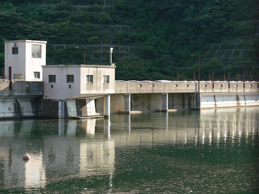 左岸の遊歩道よりダム湖側の洪水吐を望む