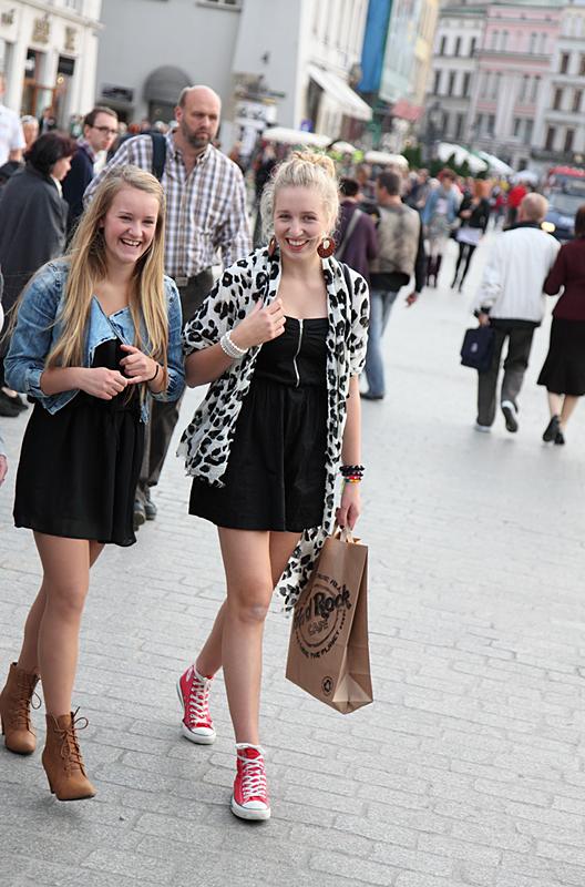 Картинки по запросу фото девушки на улицах Варшавы