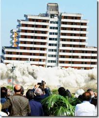 """L'abbattimento delle """"Vele"""" nel 2003"""