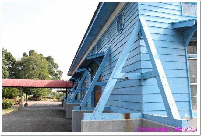 這棟是菁寮國小的中正堂,也是用木頭蓋成的喔!