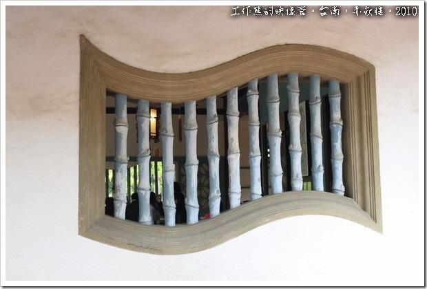 在海神廟及文昌閣的牆壁上,各有幾扇「書卷型的窗戶」,這個特別的設計一方面是裝飾,另一方面也取自它有喜愛讀書、重視文風的含意。