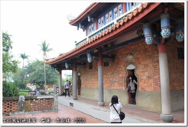 「海神廟」的後方,有兩個「瓶」門及「玉兔蕉葉」的門楣。