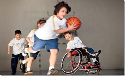 Foto de João Lucas jogando basquete com os amigos