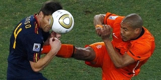 Xabi Alonso pateado en la final de la Copa del Mundo de 2010