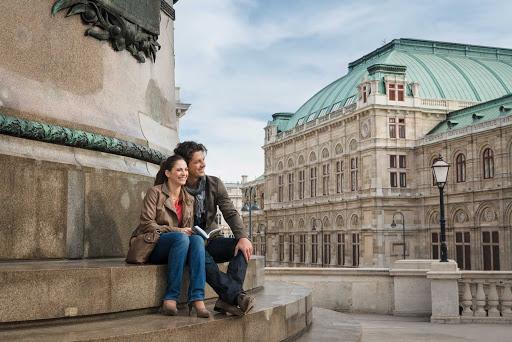 sightseeing-opera-vienna - Sightseeing near the State Opera House in Vienna, Austria.