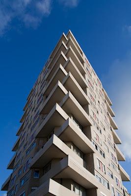 photo immeuble sur ciel bleu 1