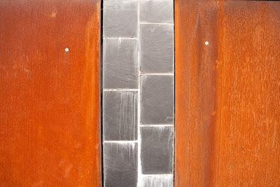 métal rouillé et pierre