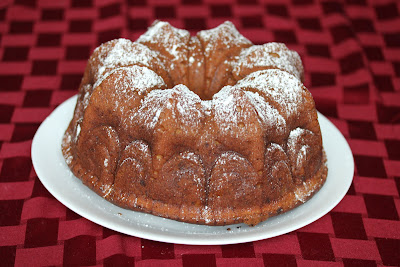 photo of a banana cake dusted with powdered sugar