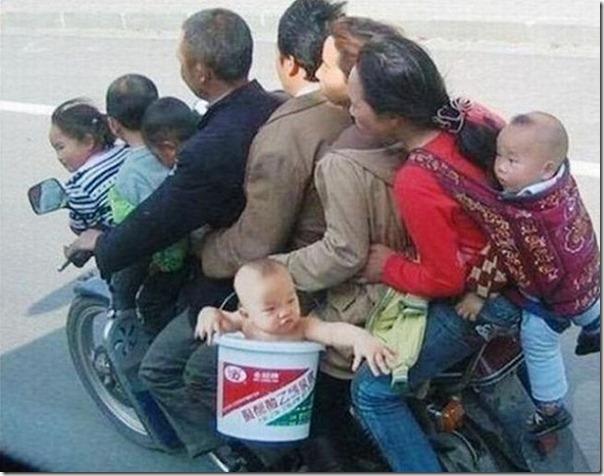 Moto con 9 personas encima