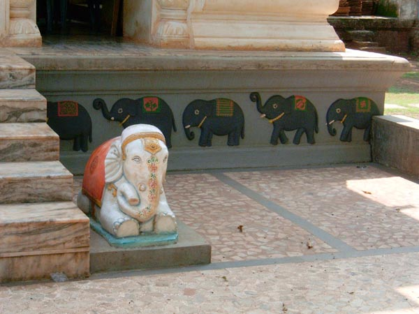 Statue of a mini elephant at Kade Varcha Ganpati Temple