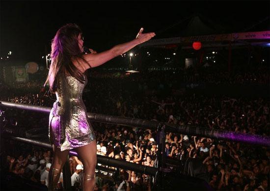 A cantora Ivete Sangalo por todo lugar que passa deixa a sua marca ad9dec41a7193