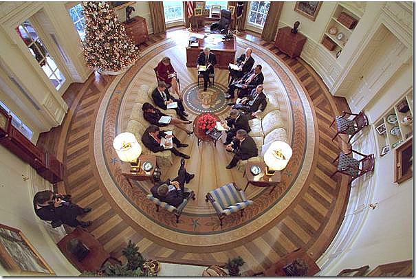 here you can the bush rug in all its glory the seal has spokes leading out from it notice how the spokes repeat the design element of the hardwood floor bill clinton oval office rug