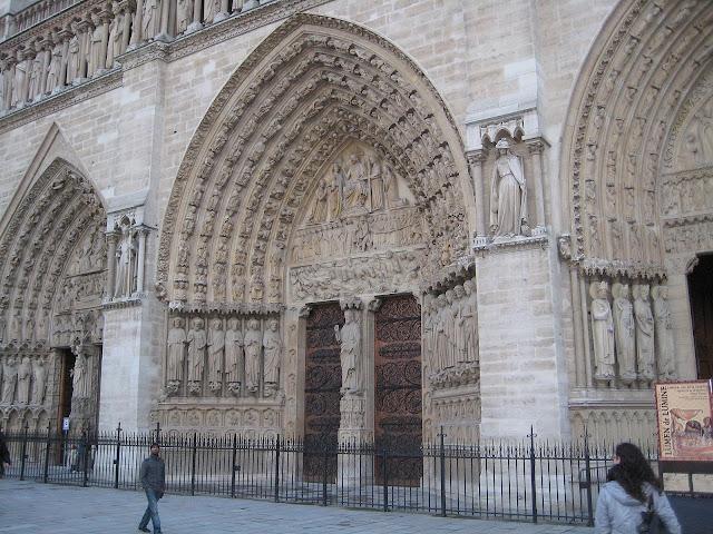 Pohled na portály katedrály Notre-Dame.