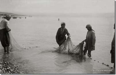 Fishermen with fish in net, mat05689