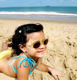 db24e98316eaa   confira se os óculos de sol se ajustam perfeitamente ao rosto da criança.  Para que ela sinta-se confortável é preciso não apertar demais nem ter de  ficar ...