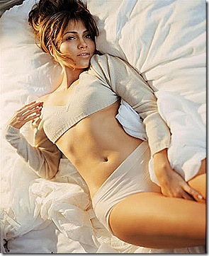 wow-jennifer-lopez-sexy-pic-in-bed-room