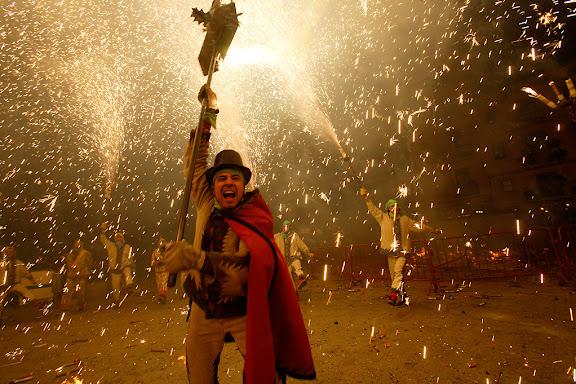 Carnaval de Tarragona, dimarts (28.02.2006)L'Enterrament, plaça de la Font. Crema del Ninot i la Ninota,  Ball de Diables de Tarragona i castell de focs