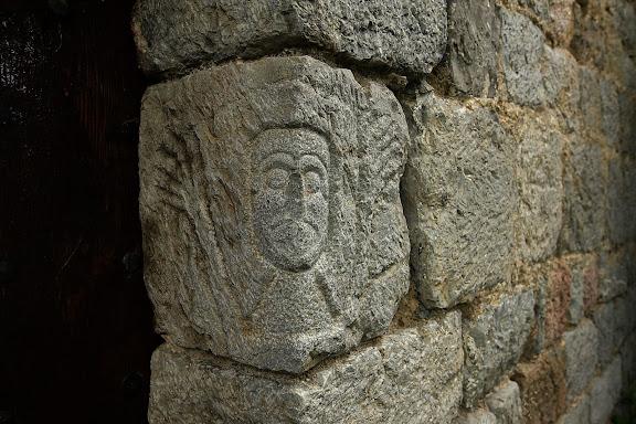 Església romànica de Sant Serni de Coborriu fou consagrada el 1137. És un edifici del s. XII, de nau única i absis semicircular, amb dues finestres de doble esqueixada amb l'arc de mig punt i una decoració constituïda per una corona de cartel·les motllurades en forma de tor. La porta és a migdia. En una pedra del muntant dret hi ha gravat el bust d'un orant. La capella, al mur de migdia, fou afegida al s. XVII juntament amb una altra al mur de tramuntana, de la qual resten senyals a la paret. Bellver de Cerdanya, la Cerdanya, Lleida