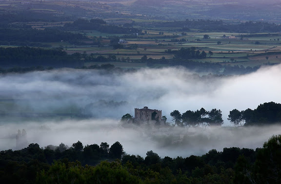 El castell de Biure de Gaià vist des de la serra dels Clots, serra de Montclar, Les Piles, Conca de Barberà, Tarragona