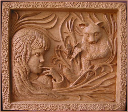Niña con gato y mariposa. Talla en madera