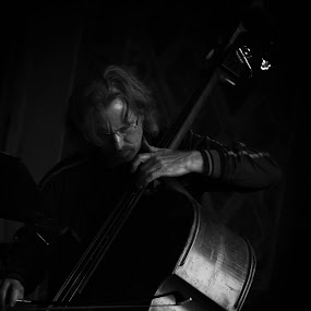 Cb. by Katsuhiro Kaneko - People Musicians & Entertainers ( canon, b&w, monochrome, black and white, manhattan, orchestra, nyc, new york, central park, ny, people, music instrument, eos, bethesda terrace, street musician, shadow, weekend, artist, contrabass, light, arcade, classic,  )