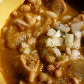 Pollo con Habichuelas Blancas y Salsa Tomatillo.