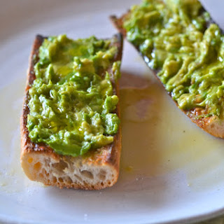 Pan con Tomate con Aguacate.