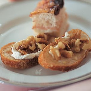 Toasts with Goat Cheese, Walnuts and Honey