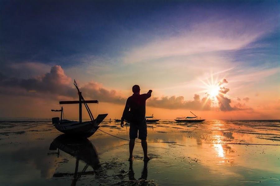 Menikmati indahnya panorama pagi Ketika mentari telah mengusir malam ..... by Andik Hariyanto - Transportation Boats