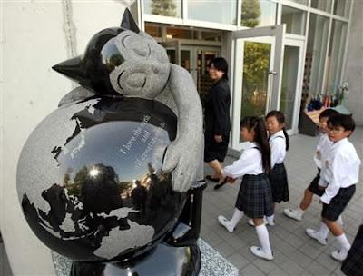 2 米阿童木石雕纪念手冢母校建校百年