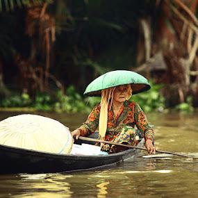 Tetap mengayuh... by Syamsu Hidayat - People Portraits of Women ( womens, jukung, street, candid, people, portrait, river )