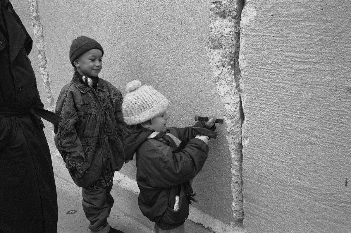 Risultati immagini per La caduta del muro di Berlino - Google Arts & Culture