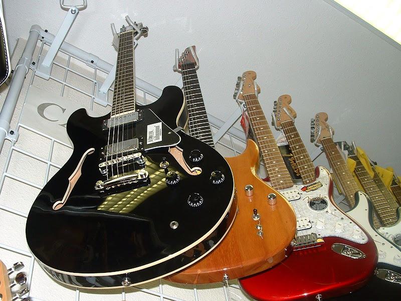 Fotos Gratis Música - Guitarras colgadas