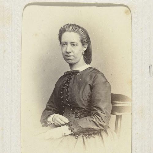 e93dcda54894b8 Studioportret van een jonge vrouw met een haarnetje