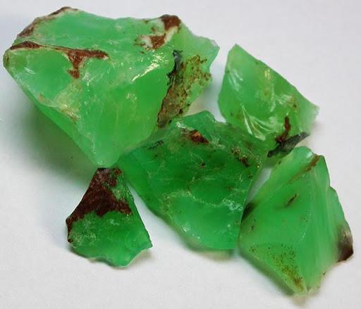 色で宝石用原石
