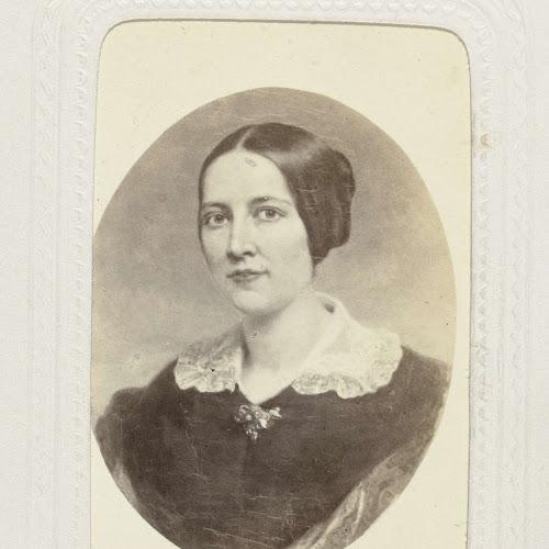 163bd03805438c Geschilderd ovaal portret van een vrouw met opgestoken haar