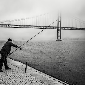 Winter fishing by José Borges - Black & White Street & Candid ( tagus river, winter, fog, lisbon, bridge, fishing, Travel, People, Lifestyle, Culture,  )