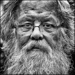 Met bril en baard by Etienne Chalmet - Black & White Portraits & People ( black and white, street, beard, people, portrait,  )