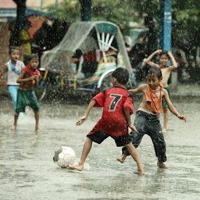we love the rain by Bob  Matkodak - Babies & Children Children Candids (  )