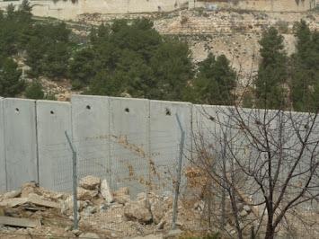 Mauer mit Zaun.jpg