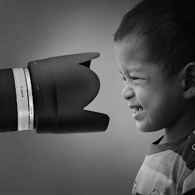selfie by Muhamad Anshorullah - Babies & Children Children Candids ( selfie, child, b&w, black and white, children, candid, lens, portrait,  )