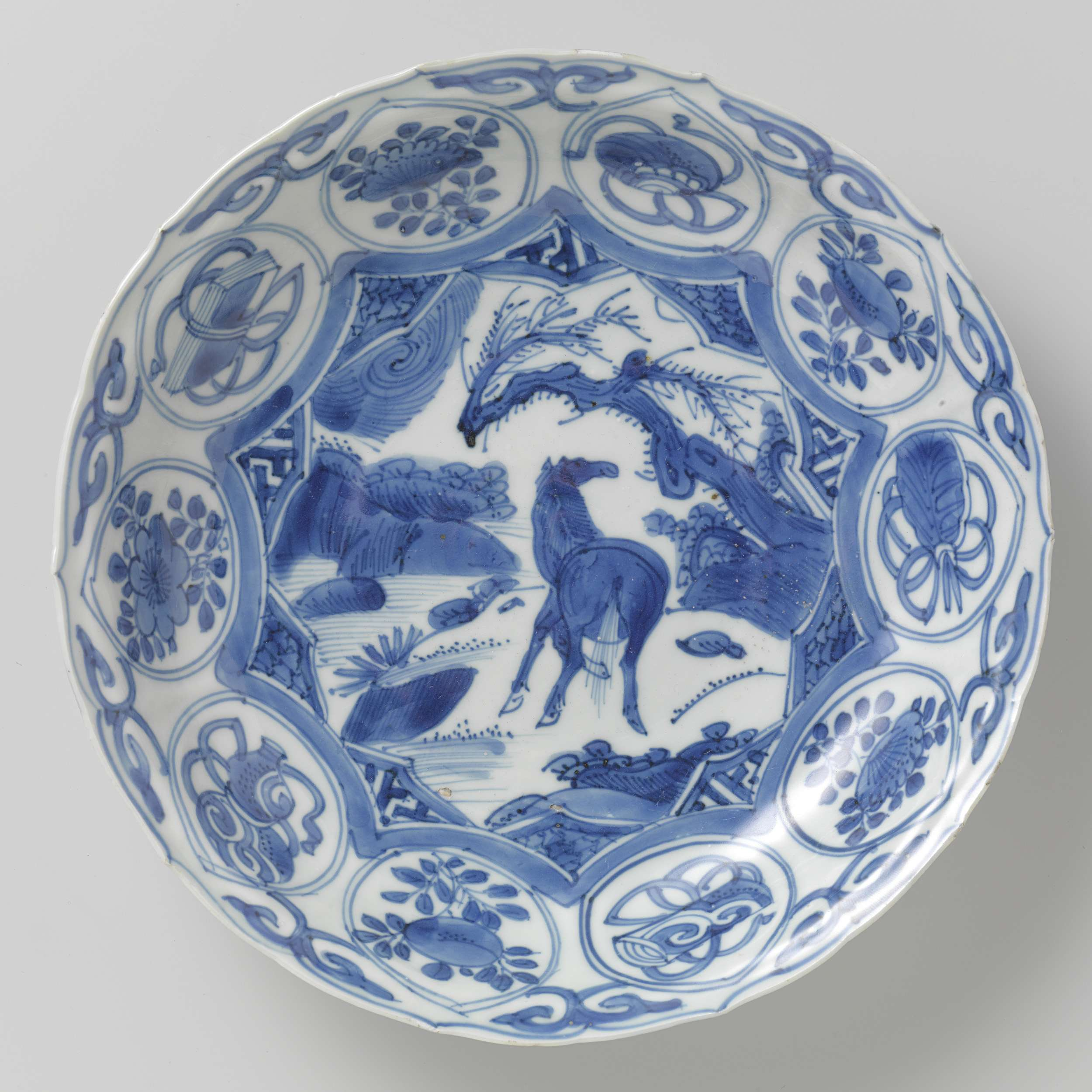 Chinese porcelain, Saucer-dish with a horse in a landscape, 1600-1624, The Royal Society of Friends of Asian Art, Amsterdam, Netherlands.