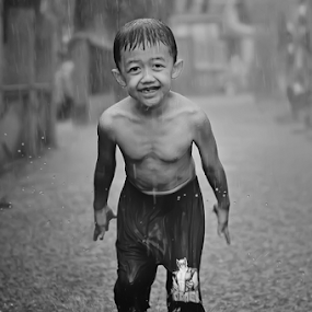 mood of rain by Agung Wicaksono - Babies & Children Child Portraits ( water, babies, black and white, children, kids, people, portrait, child, playing, happy, weather, smile, rain,  )